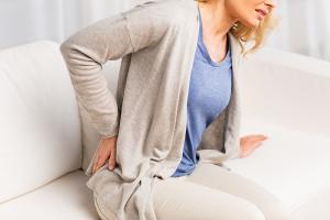 股関節の柔軟性が失われることによる腰痛。ストレッチで改善